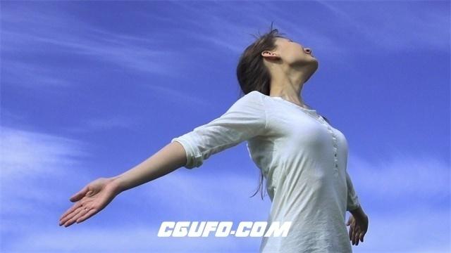 2359成功女士蓝天白云下张开怀抱梦想转身幸福微笑视频素材