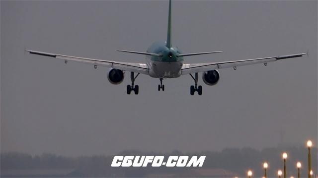 2990-傍晚停机坪周边草地亮起绚丽提示灯飞机降落过程记录高清实拍视频素材