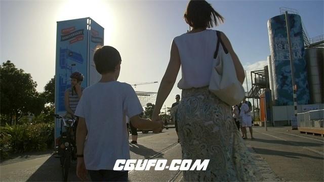 2997-甜蜜温馨母亲儿子牵手步行行走热闹街道人物生活逆光高清视频拍摄