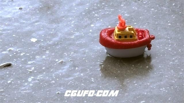 3110-下雨天雨水下落地面淋湿地上儿童玩具镜头天气现象高清实拍视频素材