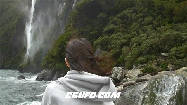3463大自然雨林丛林中平静观看瀑布的女人高清实拍视频素材